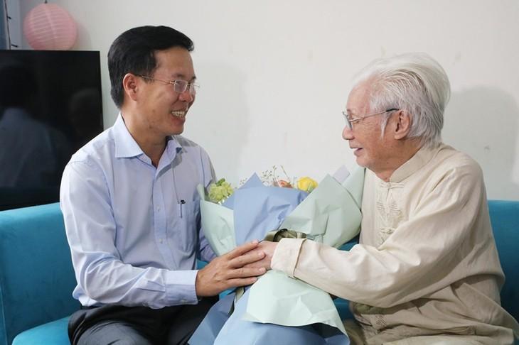 Trưởng ban Tuyên giáo Trung ương thăm, chúc mừng các nghệ sĩ lão thành nhân Ngày Sân khấu Việt Nam - ảnh 2