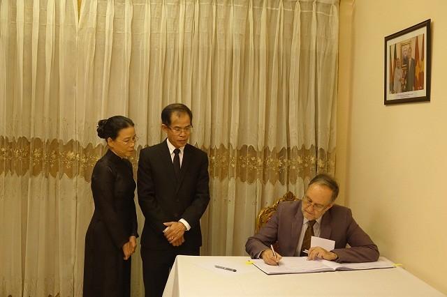 Đại sứ quán Việt Nam tại Bangladesh tổ chức Lễ viếng và mở Sổ tang Chủ tịch nước Trần Đại Quang - ảnh 9