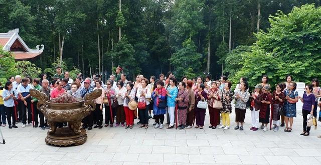 Các cựu giáo viên kiều bào Thái Lan thăm khu di tích Đá Chông - ảnh 3