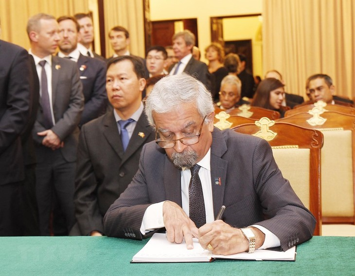 Đại sứ quán Việt Nam tại các nước tổ chức lễ viếng, mở sổ tang nguyên Tổng Bí thư Đỗ Mười - ảnh 3