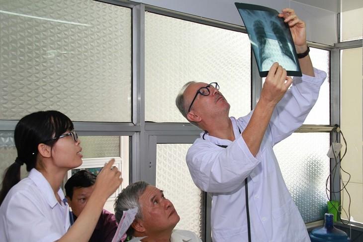 Đoàn bác sĩ Cộng hòa Pháp khám bệnh nhân đạo tại Hải Phòng - ảnh 1