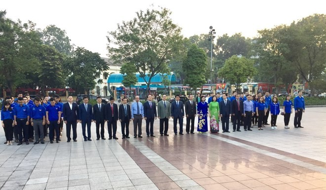 Lãnh đạo thành phố Hà Nội dâng hoa kỷ niệm 101 năm Cách mạng tháng Mười Nga - ảnh 1
