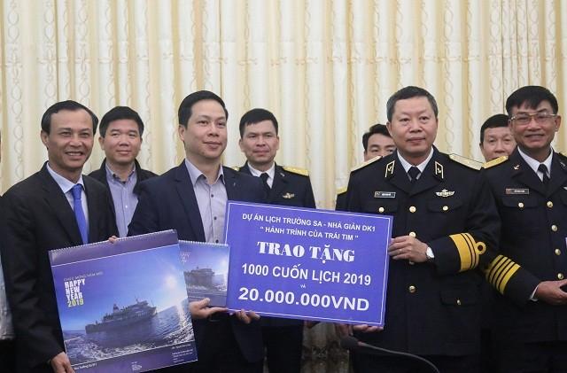 Ủy ban Nhà nước về người Việt Nam ở nước ngoài thăm, tặng quà Tết cho quân và dân huyện đảo Trường Sa, nhà giàn DK1 - ảnh 2