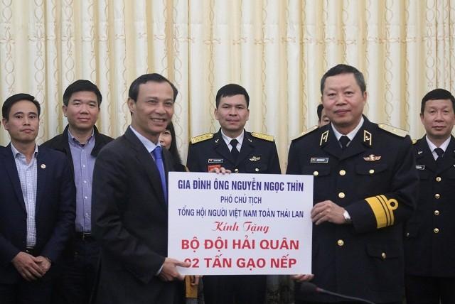 Ủy ban Nhà nước về người Việt Nam ở nước ngoài thăm, tặng quà Tết cho quân và dân huyện đảo Trường Sa, nhà giàn DK1 - ảnh 4