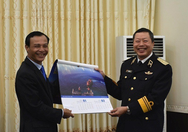Ủy ban Nhà nước về người Việt Nam ở nước ngoài thăm, tặng quà Tết cho quân và dân huyện đảo Trường Sa, nhà giàn DK1 - ảnh 3