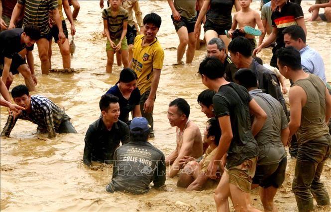 Độc đáo Lễ hội bắt cá bằng tay không ở Tuyên Quang - ảnh 1