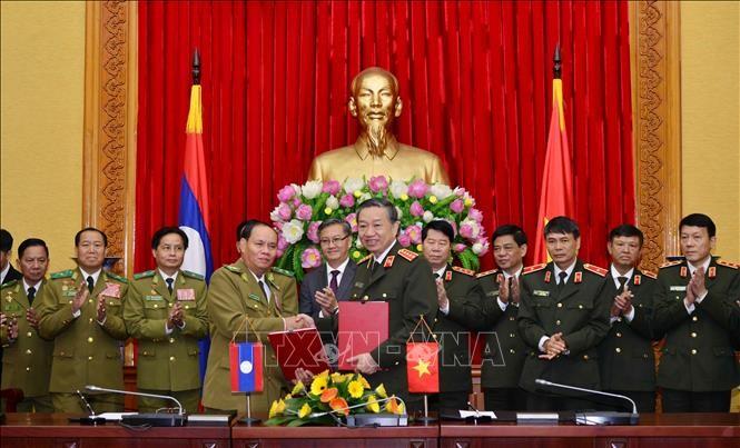 Bộ Công an Việt Nam và Bộ An ninh Lào ký kết văn bản hợp tác - ảnh 1