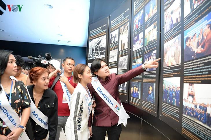 Tiếng hát ASEAN+3:  Các thí sinh đi thăm bảo tàng Quảng Ninh - ảnh 3