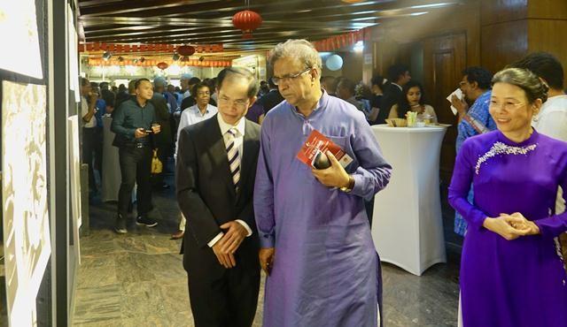 """Triển lãm ảnh """"Dấu ấn Chủ tịch Hồ Chí Minh"""" tại thủ đô Dhaka - ảnh 1"""
