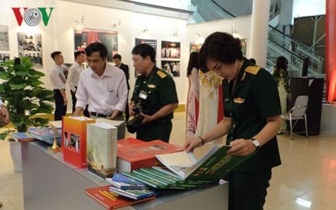 На показ выставлено более 100 фотографий о вооружённых силах Ханоя - ảnh 1