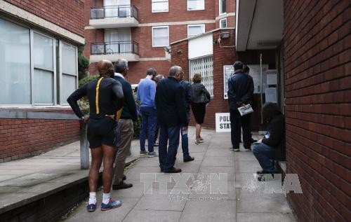 В Великобритании прошли выборы в условиях повышенных мер безопасности - ảnh 1