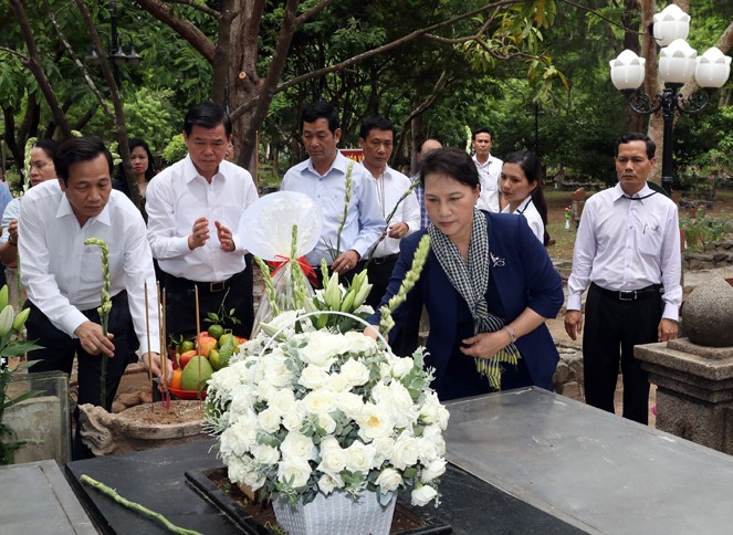 Нгуен Тхи Ким Нган посетила кладбище Хангзыонг в уезде Кондао - ảnh 1