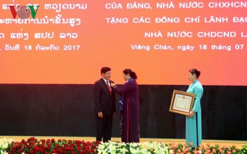 Церемония вручения орденов партии и государства Вьетнама высшим руководителям Лаоса - ảnh 1