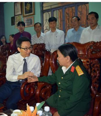 Вице-премьер Ву Дык Дам навестил семьи льготной категории в провинции Контум - ảnh 1