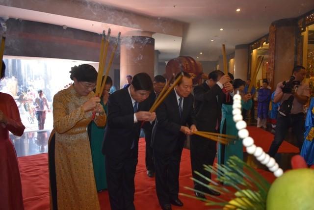 В Хошимине состоялся обряд приношения круглых рисовых пирогов королям Хунгам - ảnh 1
