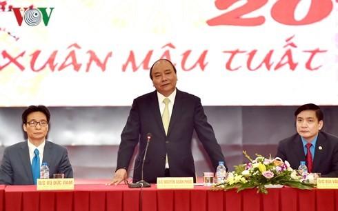 Премьер-министр Нгуен Суан Фук потребовал хорошо организовать его встречу с рабочими - ảnh 1