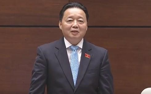 Министр природных ресурсов и экологии СРВ Чан Хонг Ха отвечал на запросы депутатов - ảnh 1