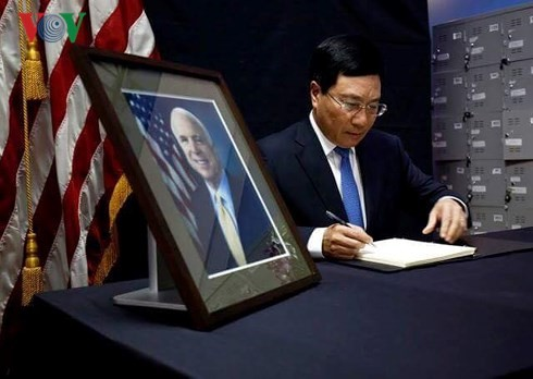 Вице-премьер Вьетнама выразил соболезнования американскому правительству и парламенту - ảnh 1
