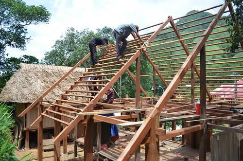 ชาวเวินเกี่ยวอนุรักษ์สถาปัตยกรรมบ้านเรือนไม้โบราณ  - ảnh 2