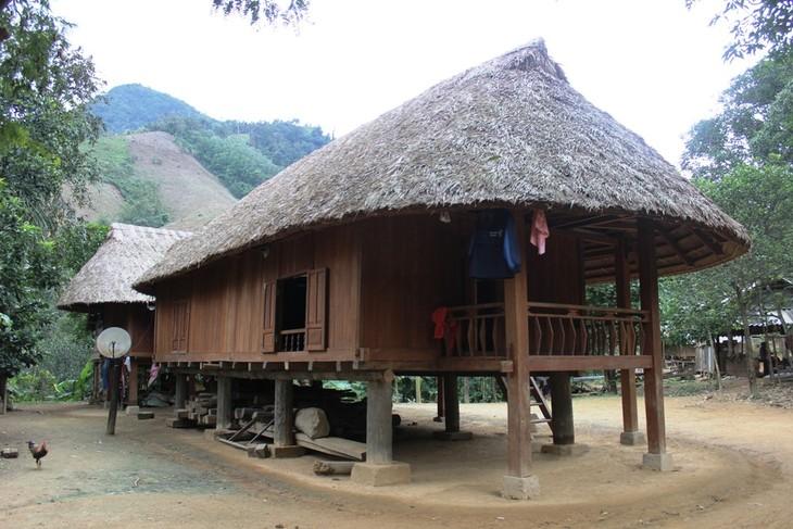 ชาวเวินเกี่ยวอนุรักษ์สถาปัตยกรรมบ้านเรือนไม้โบราณ  - ảnh 1