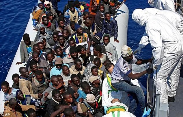 อิตาลีแสดงความวิตกกังวลว่า กลุ่มก่อการร้ายอาจหารายได้จากการอพยพอย่างผิดกฎหมาย - ảnh 1