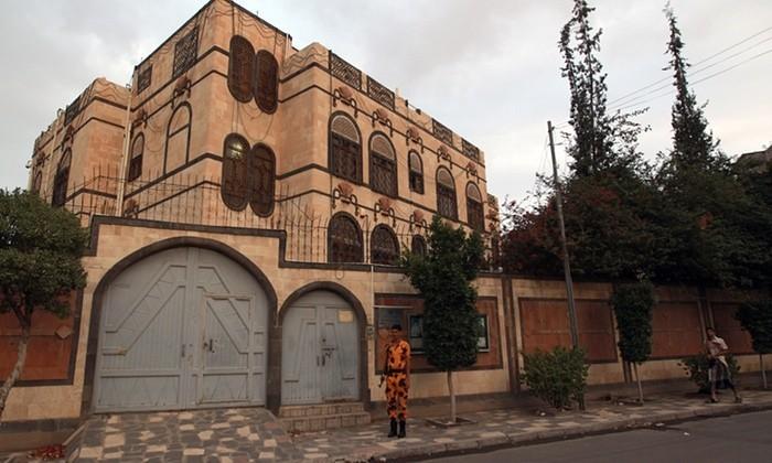 อิหร่านกล่าวหาซาอุดิอาระเบียว่า ทำการโจมตีทางอากาศใส่สถานทูตอิหร่านประจำเยเมน - ảnh 1