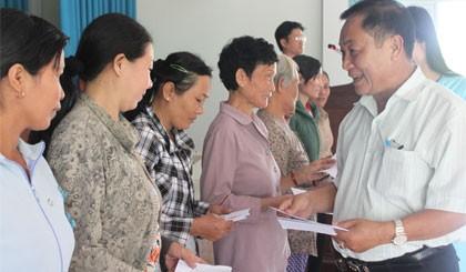 คณะกรรมการชี้นำเขตตะวันตกเฉียงเหนือมอบของขวัญให้แก่คนจนในจังหวัดเตวียนกวาง - ảnh 1