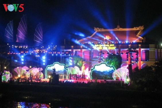 เยาวชนและยุวชนเวียดนามที่อาศัยในต่างประเทศไปจุดธูปที่อนุสรณ์สถานประธานโฮจิมินห์ที่ท่าเรือหญ่าโหร่ง - ảnh 1