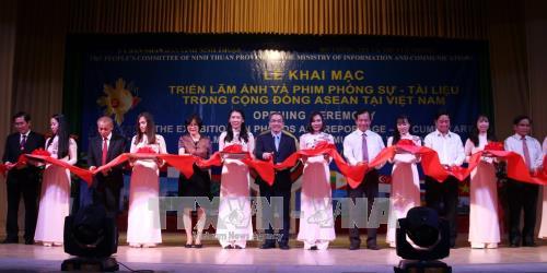 งานนิทรรศการภาพถ่ายและภาพยนตร์สารคดีเกี่ยวกับประชาคมอาเซียนในเวียดนาม - ảnh 1