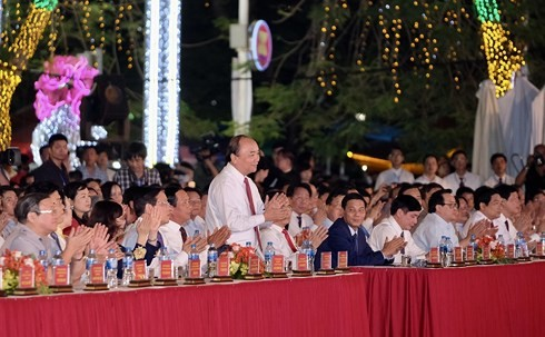 นายกรัฐมนตรีเวียดนามเข้าร่วมพิธีเปิดงานเทศกาลดอกหางนกยูงปี2018 - ảnh 1