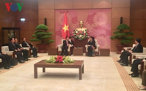 รองประธานสภาแห่งชาติเวียดนามให้การต้อนรับรองประธานรัฐสภาลาว - ảnh 1