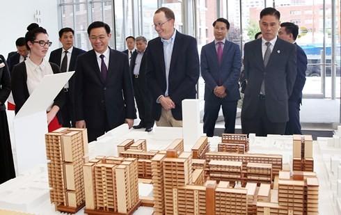 รองนายกรัฐมนตรีเวืองดิ่งเหวะเข้าร่วมโครงการเจ้าหน้าที่บริหารระดับสูงของเวียดนาม - ảnh 1