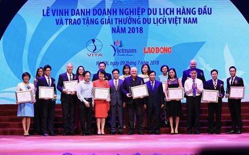 รองนายกรัฐมนตรี หวูดึ๊กดามเข้าร่วมพิธีสดุดีบริษัทนำเที่ยวชั้นนำของเวียดนาม - ảnh 1