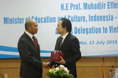 รัฐมนตรีว่าการกระทรวงศึกษาและฝึกอบรมเวียดนามเจรจากับประธานซีมีโอ - ảnh 1