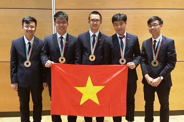 คณะนักเรียนเวียดนามประสบความสำเร็จในการแข่งขันฟิสิกส์โอลิมปิก  - ảnh 1