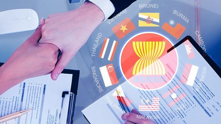 เวียดนามเป็นฝ่ายรุกเพื่อร่วมกับอาเซียนสร้างสรรค์ภูมิภาคที่พึ่งพาตนเองและสร้างสรรค์ - ảnh 1