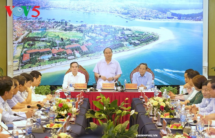 นายกรัฐมนตรีเวียดนามประชุมกับผู้บริหารจังหวัดกว๋างบิ่ง - ảnh 1