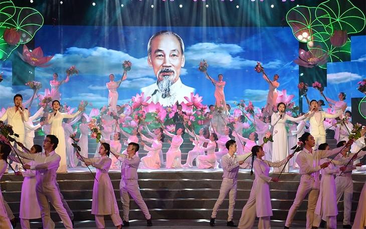 กิจกรรมต่างๆเพื่อรำลึกครบรอบ129ปีวันคล้ายวันเกิดของประธานโฮจิมินห์ - ảnh 1