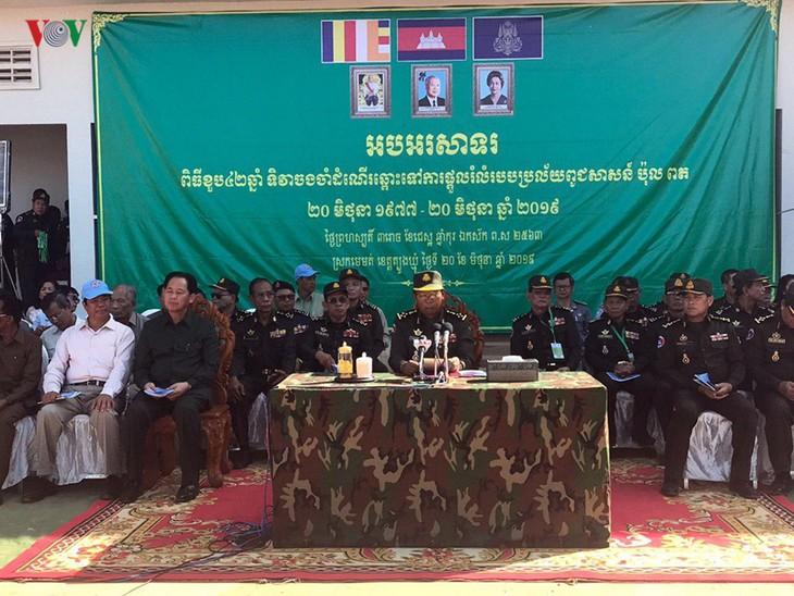 กัมพูชารำลึกครบรอบ 42 ปีวันนายกรัฐมนตรีฮุนเซนแสวงหาหนทางกู้ชาติ - ảnh 1