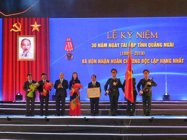 Primer ministro de Vietnam participa en acto por 30 aniversario de restablecimiento de Quang Ngai - ảnh 1