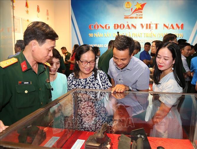 """งานนิทรรศการ """"สหภาพแรงงานเวียดนาม – 90 ปีแห่งการสร้างสรรค์และพัฒนา"""" - ảnh 1"""