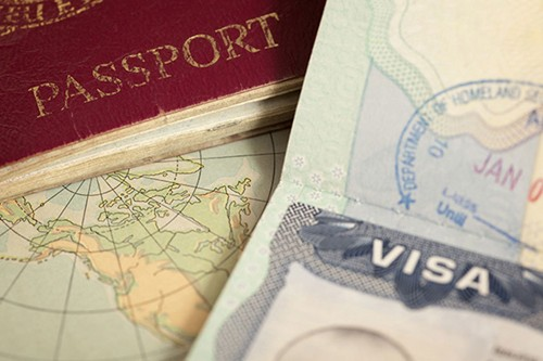 Qatar approves law allowing some foreigners permanent residency - ảnh 1