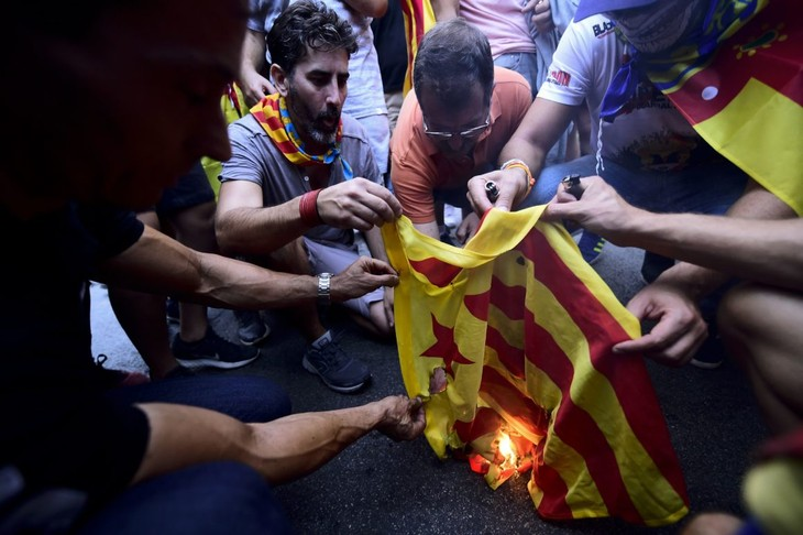 Spanish government to respond to Catalonia's unilateral secession  - ảnh 1