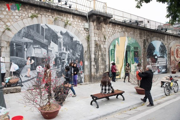 Phung Hung mural street features old Hanoi - ảnh 3