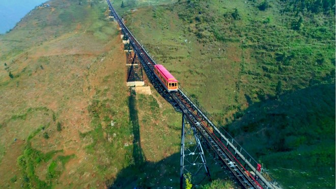 New funicular up Sa Pa mountain launched - ảnh 2
