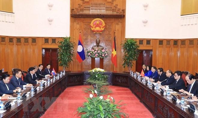 PM Nguyen Xuan Phuc welcomes Lao counterpart - ảnh 1