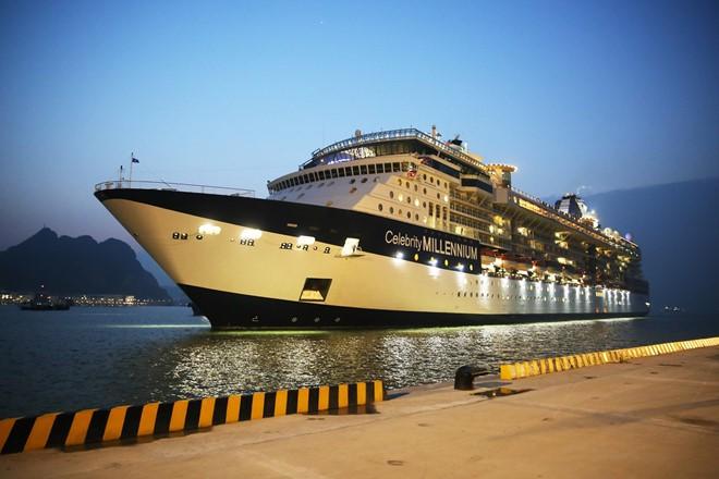Ha Long International Passenger Port receives first 5-star cruise - ảnh 1