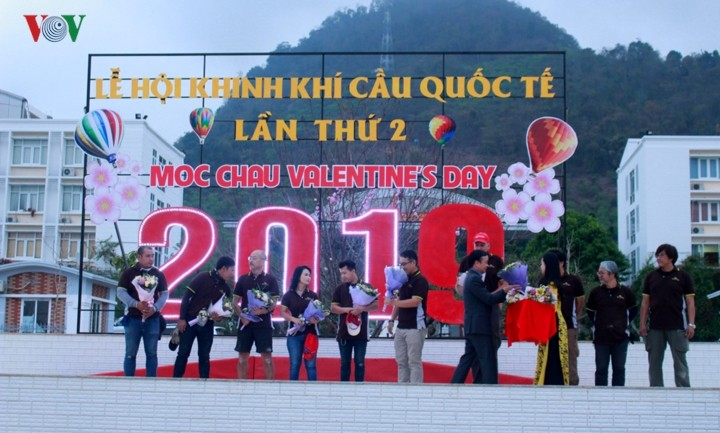 2nd international air balloon festival opens in Moc Chau - ảnh 1
