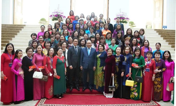 PM meets outstanding businesswomen - ảnh 1
