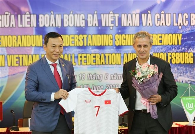 Vietnam, Germany sign football cooperation deal - ảnh 1